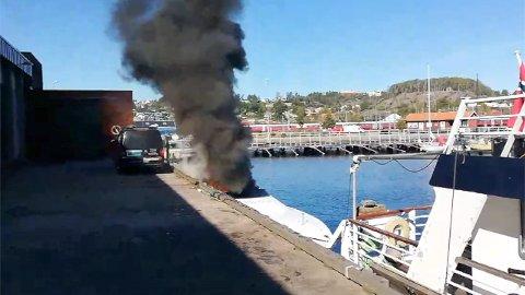 Halden 20190922.  En fritidsbåt tok fyr i indre havn i Halden søndag. Ingen personer ble skadet i brannen som også spredde seg til brygga og en bil som sto der. Foto: Pål Mellbye / NTB scanpix