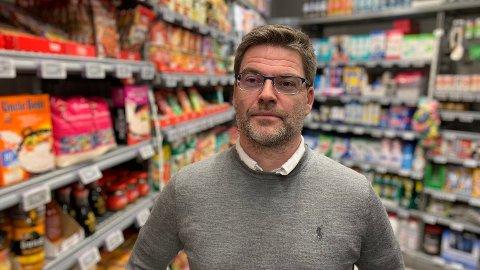 BIDRAR: Harald Kristiansen, kommunikasjonssjef i Coop, sier at de ønsker å bidra med priskutt - spesielt til alle dem med trang økonomi under koronapandemien.  Foto: Halvor Ripegutu