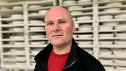 BRÅSTOPP: Etter å ha jobbet i porselensfabrikken Figgjo i 31 år uten stopp, ble linjeleder Egil Nevland (49) permittert i mars. Han savner livet på fabrikken. Foto: Magnus Ekeli Mullis