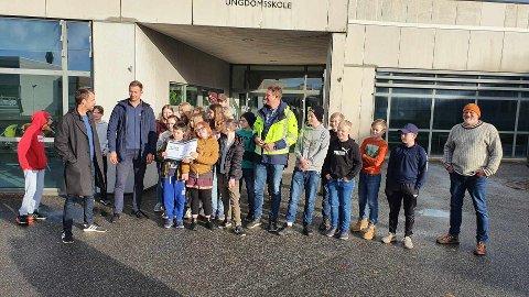 TI TUSEN KRONER: Elevene ved Hafslund ungdomsskole fikk 10.000 kroner.