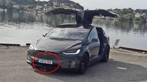 Det finnes allerede flere tusen personlige skilter på norske biler, flere skal det bli. Noen har åpenbart mer selvironi enn andre. Eieren av denne Tesla Model X-en, Vegard Linge fra Bergen, synes SNYLTER er et morsomt skilt, på en bil som er fritatt for avgifter i Norge. Foto: Privat.