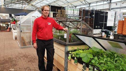 FORNØYD: Raymond Berg, butikkleder Plantasjen Tunejordet, er fornøyd med at sarpingene strømmer til hagesenteret.