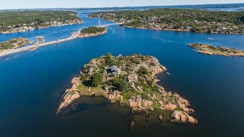 Dette er Rispeholmen like utenfor Stokken. Øya, som også kalles sommerøya, er nå til salgs.