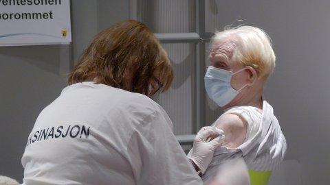 Tirsdag startet vaksineringen på det nyopprettede massevaksinasjonssenteret Quality Hotell på Grålum. Bjarne Henry Holt (94) fra gamle Tune var førstemann ut og fikk vaksinen av sykepleier Lillian Skaarberg.