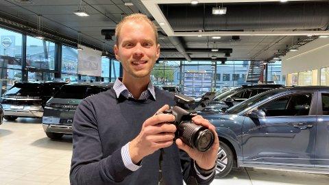 NY BILSELGER: Mattias Friberg er nå ansatt på heltid som bilselger ved Brennes Auto i Sarpsborg. Fotoapparatet brukes flittig for å ta bilder av bilene de har til salgs.