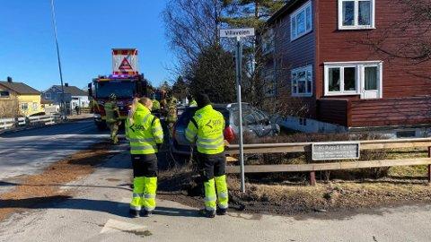 Mannskaper fra brannvesenet rydder veien for å klargjøre for at trafikken skal kunne passere igjen. Foto: Erik Hagen