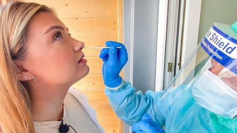 Det ble registrert 30 nye smittetilfeller i Fredrikstad skjærtorsdag. Her ser vi FB-journalist Pernille Storhaug Dalene bli testet for koronavirus i fjor.