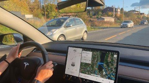 Det er usikkert om det var Tesla eller en annen bil han kjørte, men han skal ha stolt for mye på gpsen, ifølge politiet.
