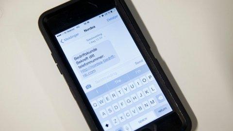 FALSKE LENKER: I disse dager er det sofistikerte og mer avanserte SMS-svindellenker som sendes til nordmenns mobiltelefoner. Allerede i 2015 advarte Nordea om SMSer som utgir seg for å være fra banken. Foto: Heiko Junge (NTB)