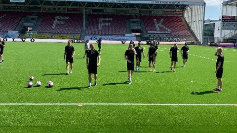 Brede Moe trives bedre i varmen i Norge enn hva han gjorde i Polen på onsdag. Her på trening i solsteiken på Fredrikstad Stadion fredag.