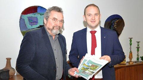 Erik Eid Hohle overleverer arbeidsgruppens rapport til landbruks- og matminister Jon Georg Dale.