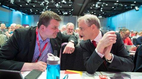 Også LO-medlemmene rømmer fra Ap. Kun 2 av 5 LO-medlemmer stemte på Ap og leder Jonas Gahr Støre (t.h.) ved årets stortingsvalg. Her er han med LO-leder Hans-Christian Gabrielsen (t.v.) på LO-kongressen i vår.