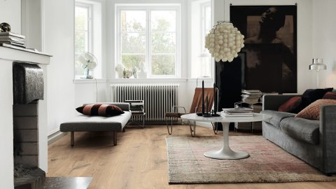 Vi er glad i naturmaterialer som luner på gulvet. Tregulv kombinert med tepper, gir et uttrykk mange vil trives med.