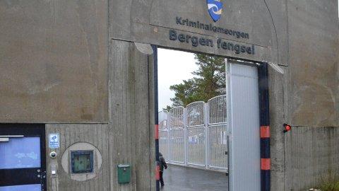 I Bergen fengsel er det 48 ledige celler. Likevel vil regjeringen sende fanger til Nederland.