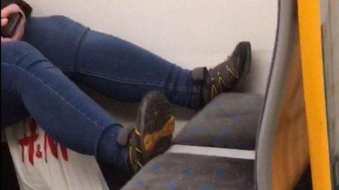 Enkelte reisende sitter med beina i setet når de reiser kollektivt. Denne kvinnen benyttet turen til å hvile føttene i setet foran.