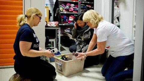 Den frivillige organisasjonen «Hjelp oss å hjelpe Rogaland» samler inn julegaver til vanskeligstilte barn. På bildet vises noen av de fine donasjonene. Andre er rett og slett søppel, ifølge frivillige Trine Langeland (f.v.), Anette Årvik og Tone Holgersen.
