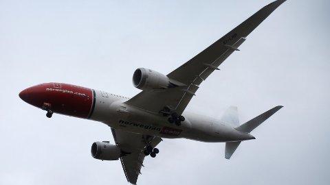 Forskningsleder Carlo Aall vil sette flyene til lange utenlandsreiser på bakken og erstatte dem med båt, tog og buss.