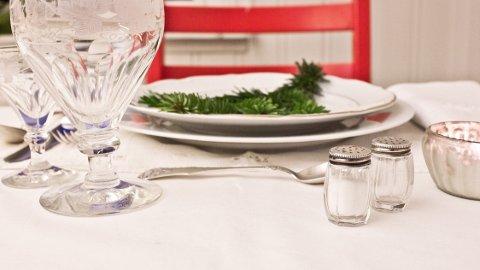 Sørg for at duken er hvit når bordet dekkes med det fineste serviset.