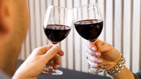 ALKOHOL: Nesten 2.000 nordmenn har drukket seg i hjel i løpet av de fem siste årene.,