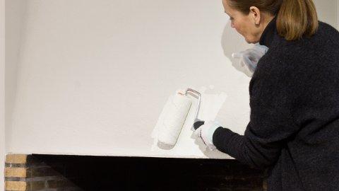 Når peishetten er ferdig vasket og tørr, tar det deg et kvarter å gjøre selve malejobben.