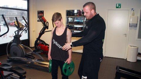 Isak blir tett fulgt opp av Daniel Paterson under treningsøktene.