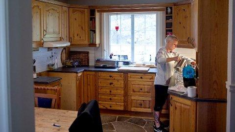 Ragnhild Elisabeth Stensholt bor i dag i et hus på bygda, men trygda strekker ikke til. Hun vurderer nå å flytte inn i en campingvogn.
