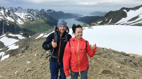 Skipper Stig Arild Pettersen viser Michelle Tay fra Singapore veien opp til Tåkeheimen i Saltfjellet, med utsikt over halve Helgeland.