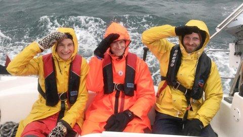Husk oljehyre om du skal seile i den nordlige delen av landet vårt! Journalist Heidi Taksdal Skjeseth, Kent Wold Christensen og Gunnar Rise holder humøret oppe og ullvottene på.