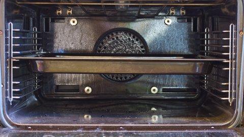 Innbrente matrester i stekeovnen er ikke særlig lekkert.