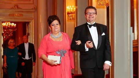 Ingebjørg Godskesen og Ulf Leirstein på vei inn til den tradisjonsrike stortingsmiddagen på Slottet i 2016.