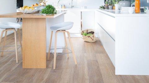Vinyl på gulvet er slitesterkt og enkelt å holde rent. Med klikksystem blir det lett å legge.