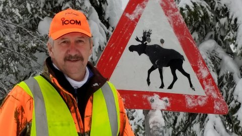 På vei til en elgpåkjørsel kolliderte Rolf Neby, leder av fallviltgruppa i Trysil kommune, selv med elg. Bilen fikk store skader, men Neby slapp med skrekken.