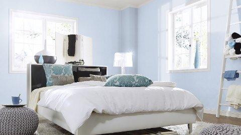 Eva Bakurowitz vil ha det lyst og luftig på soverommet. Derfor velger hun helst lyseblått.