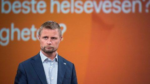 Helseminister Bent Høie får kritikk for at liggetiden etter fødsler går ned samtidig som jordmortilbudet i kommunene, ifølge opposisjonen, ikke styrkes tilstrekkelig.