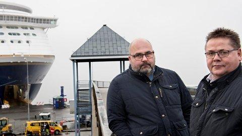 Hovedtillitsvalgt Ronny Øksnes (t.v.) i Norsk Sjømannsforbund risikerer selv å miste jobben dersom Color Line får flagge ut Kiel-ferjene. Her med forbundsleder Johnny Hansen, som ber regjeringen tenke seg om to ganger.