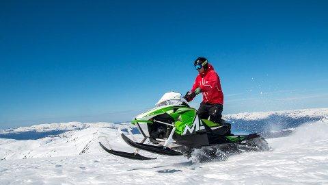 Åtte av ti nordmenn vil ha bedre kontroll med snøscootere i naturen.