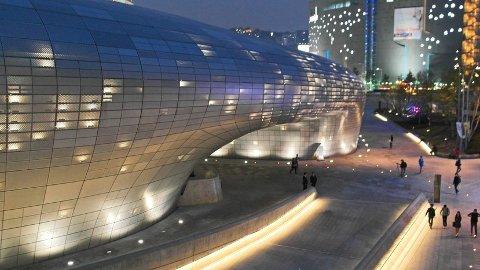 Er du interessert i hvordan framtiden ser ut, kan du få en sniktitt ved å besøke Dongdaemun Design Plaza i Seoul.
