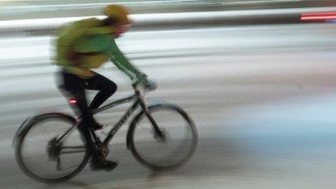 I Danmark er det forbudt å bruke håndholdt mobil mens man sykler.