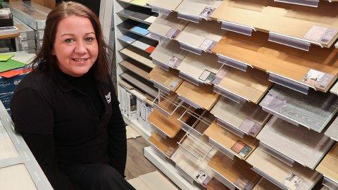 Interiørkonsulent Inger-Lise Lorentzen hos Happy Homes i Oslo mener kunder er blitt flinkere til å stille gode spørsmål når de skal kjøpe gulv.