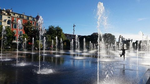 Fonteneanlegget i parkområdet ved Place Massena er verdens mest forfriskende lekeplass. Og superpopulært for barna!