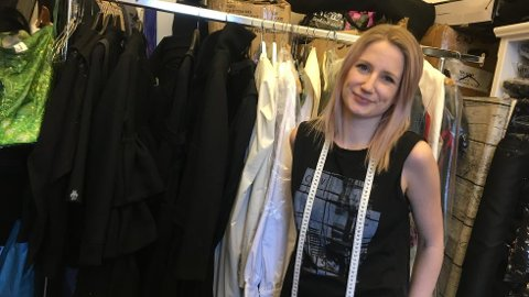 – Som klesdesigner er jeg maktesløs. Men med bunadsøm kan jeg faktisk gjøre en forskjell, sier designer Siri Sveen Haaland.