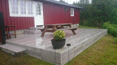 Med sklisikre og frostsikre fliser får du en terrasse som trenger minimalt med vedlikehold. Flisene står på bein, og monteres uten lim og fugemasse.