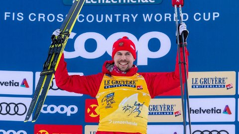 Sergey Ustiugov etter seieren på 15 km fellesstart i Lenzerheide lørdag. Foto: Urs Flueeler (AP)