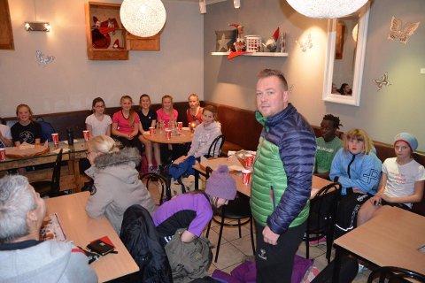 EVAKUERTE: Håndballtrener Bjørn Tore Staås måtte evakuere laget sitt fra hallen. Etterpå slappet de av med pizza.