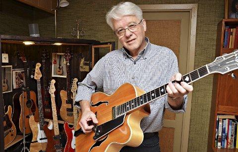 Gitarspesialisten: Eirik Aaser med en av sine gitarer, en fiolininspirert klassisk gitar.
