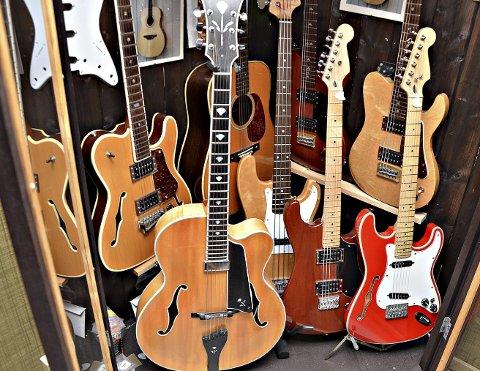 Samlingen: Og enda flere har Eirik bygget. Her finner en alt fra planken til klassiske gitarer.