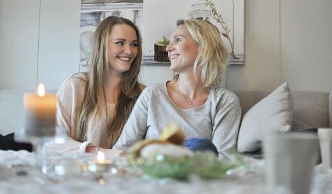 Holder motet oppe: Maria Lysaker Wennersberg (17) takker moren, Rita Lysaker (43), for all hjelp og støtte.