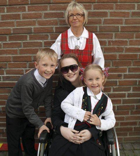 Stor utfordring: 17. mai for to år siden presset Maria seg til en tur ut i rullestol. Her med søsknene Malin og Mads, og mormor Anne-Kari Dillevik.