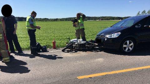 Bilen på bildet ble dyttet inn i motorsyklisten.