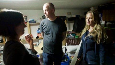 ENTUSIASTISK: Programleder Synnøve Skarbø (t.h.) elsker å rydde. Her er hun i kjelleren med Guro og Joachim Glomvik.